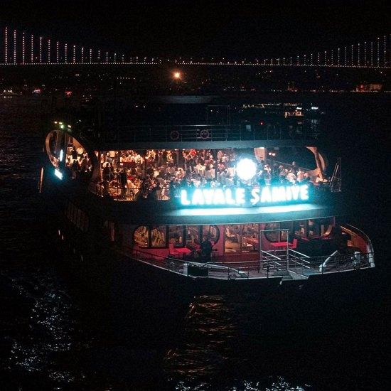 سفينة ليالي شاملة في البوسفور اسطنبول