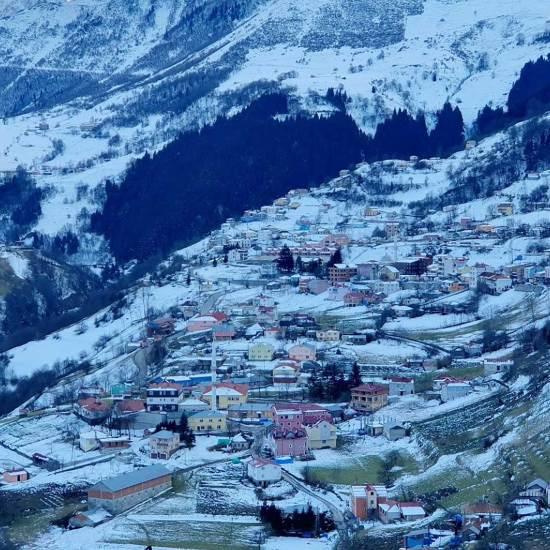 قرية هامسي مغطاة بالثلوج