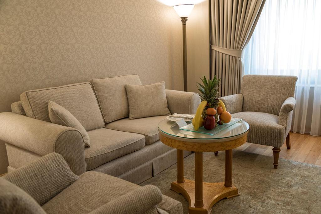 جناح جونيور مع سرير كوين واحد وسرير أريكة