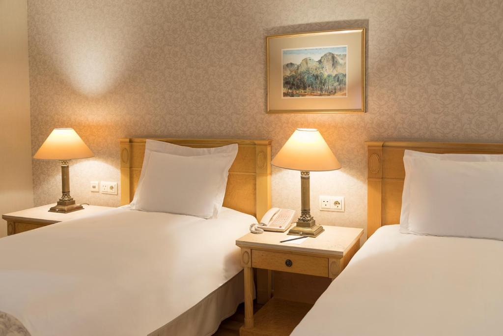 غرفة سوبيريور مع سريرين مفردين.